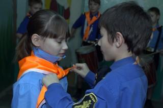 Командир экипажа повязывает галстук своему матросу