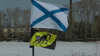 "Андреевский флаг и флаг закладываемой яхты ""Котъ"" на мачте флотилии ""Флагман"""