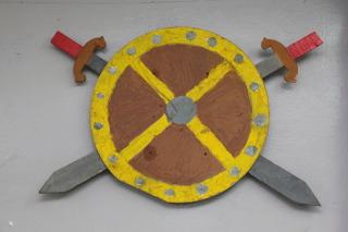 деревянные щит и мечи