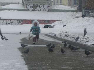 Варюшка и голуби (фото Тимура Герасимова)