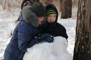 Андрей Устюгов строит снежную крепость для Зарницы