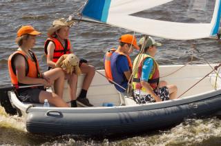 Лёня с яхтенным амулетом Жирафом Аликом в руках
