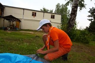 Саша Курносов ставит палатку