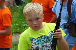 Ёж Миронов готовится к стрельбе