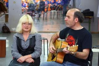 Гриша Рейхтман, Анюта Мясникова поют с флагманятами отрядные песни.