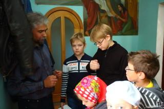 В воскресной школе - Егор Горбачев -  в джемпере  с белой вставкой