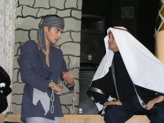 Коварный Джафар в темнице разговаривает с Алладином (фото Милены Клещёвой)