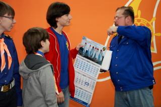 Дед вручает календари Ване и Лёне Кулаковым