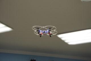 Квадракоптер под потолком (фото Льва Машнова)
